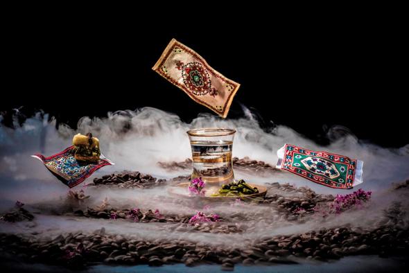 """""""ד""""ש מהעות'מאנים""""  —  קפה שחור שקוף ושטיחים מעופפים באמצעות מגנט. מתוך התערוכה"""