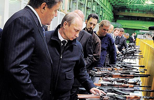 פוטין בסיור במפעל קלצ'ניקוב