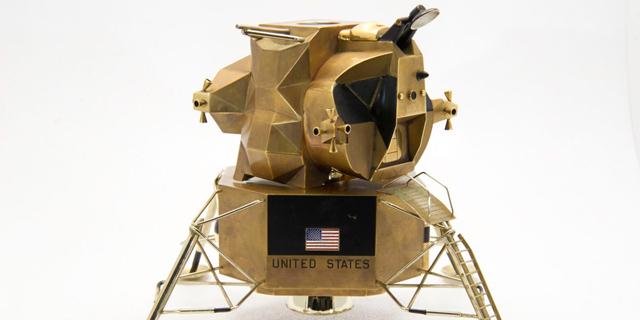 דגם מוזהב של אפולו 11 עומד למכירה פומבית. מה המחיר?