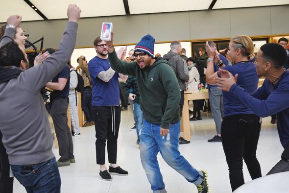 מעריץ אפל שרכש את האייפון X הראשון ביום השקתו