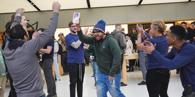 מעריץ אפל שרכש את האייפון X הראשון ביום השקתו, צילום: בלומברג