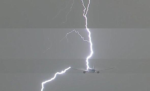 צפו: מטוס בואינג חטף מכת ברק ישירה דקות לאחר ההמראה