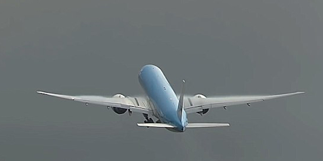 המטוס במהלך ההמראה, שניות ספורות לפני פגיעת הברק, צילום: youtube