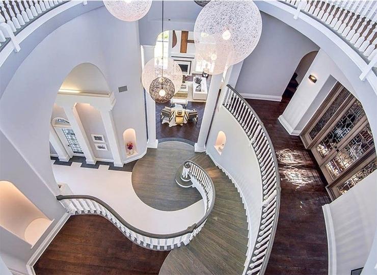 הכניסה מובילה לגרם מדרגות ספירלי שעולה שלוש קומות