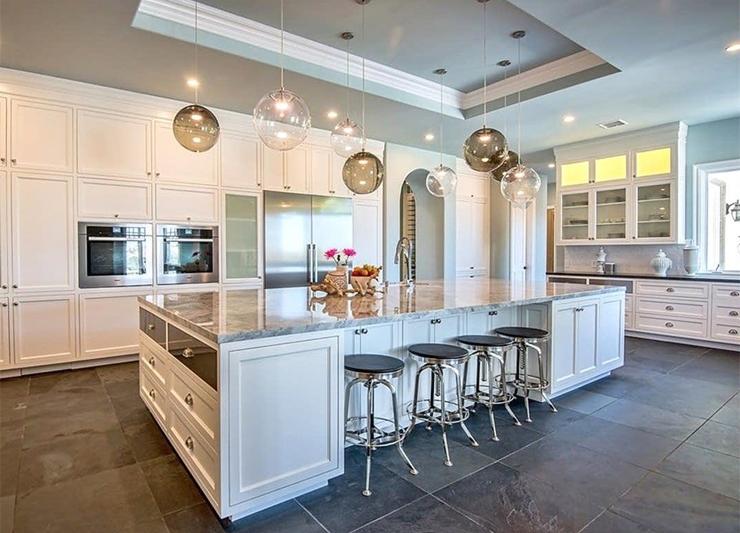 במטבח ישנם ארבעה תנורים, וכן מכונת קפה ומקרר יינות