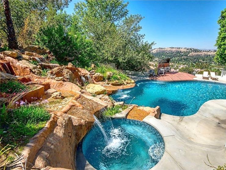 מהבריכה שבחצר האחורית יש נוף נהדר