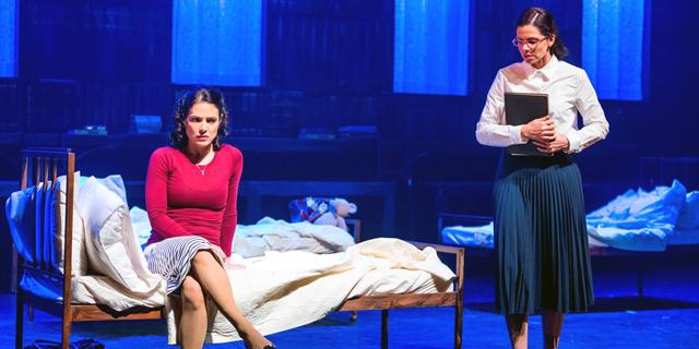 """""""הסודות"""": הצגה עם עבודת בימוי מדויקת ותאורה מרהיבה"""