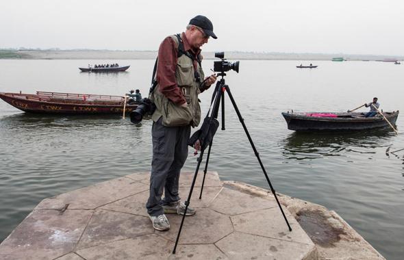 """יוסי ביינארט מצלם. """"יוסי בטבעו היה צלם חברתי, שאהב לגעת באנשים ולהביע רגשות בצילומים שלו. כשלרגע היה זז הצידה מהמצלמה, היינו רואים את דמעותיו"""""""