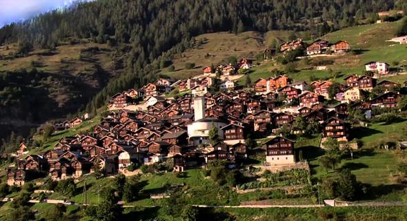 העיירה היפהפייה ממוקמת בגובה 1,300 מטר מעל עמק רון