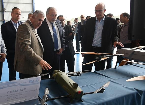 מימין לשמאל יוסי וייס אביגדור ליברמן בועז לוי הראל לוקר התעשייה האווירית, צילום: אריאל חרמוני, משרד הביטחון