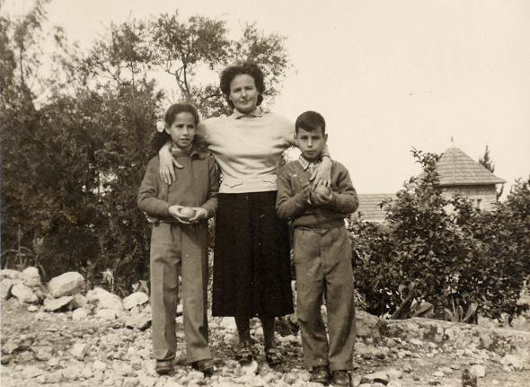 1956. אבי נאור בן ה־8 עם אחותו נילי (10) ואמם לולה, בחצר בקריית טבעון (קריית עמל)