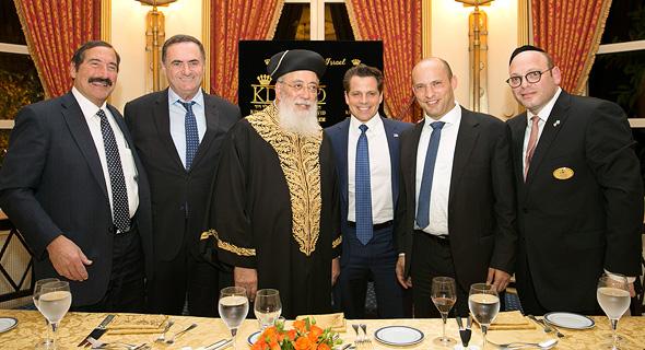 """מימין: דובי הוניג, נפתלי בנט, אנתוני סקרמוצ'י, הרב שלמה עמאר, ישראל כץ וד""""ר ג'וזף פראגר בכנס השבוע. """"יש לי הזדמנות לעזור לנשיא מבחוץ"""""""