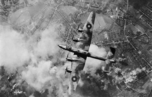 מפציץ בריטי תוקף מטרות בגרמניה הנאצית