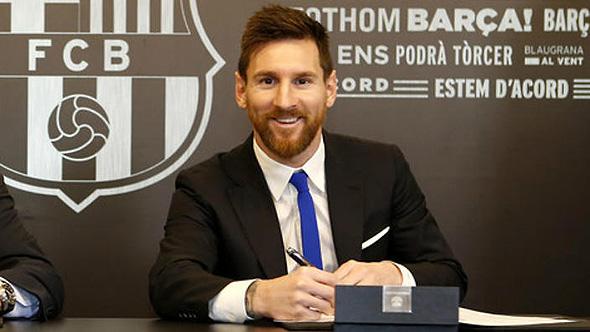 ליאונל מסי חותם על חוזה עם ברצלונה
