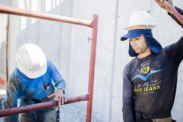 פועלי בניין באתר בנייה ברמת גן