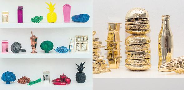 """פריטים מכרום מבריק המוצגים בתערוכה. """"להציג את תרבות השפע ולהפוך את המזון לאובססיה, מקדש"""""""