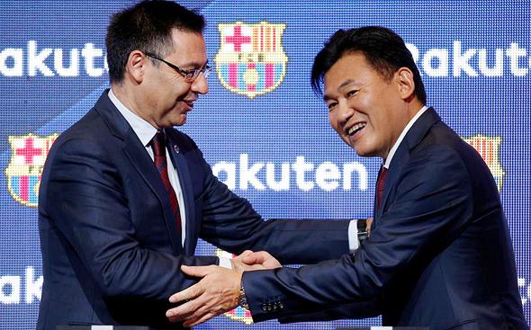 Hiroshi Mikitani and FC Barcelona's President Josep Maria Bartomeu shake hands. Photo: REUTERS