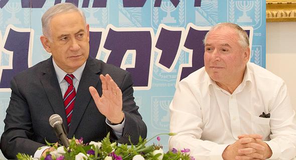 """מימין יו""""ר ועדת הפנים דוד אמסלם וראש הממשלה בנימין נתניהו, צילום: עמית שאבי"""