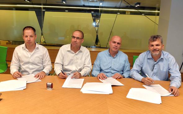 חותמים על ההסכם, מימין: אורי אלדובי, רמי דרור, עדו קוק ודייב לובוצקי
