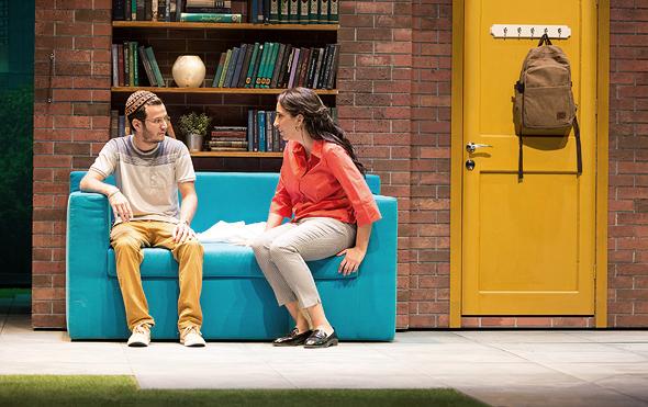 """מושונוב (משמאל) ואלמה דישי בהצגה """"על מי ועל למה"""". """"כדי לצאת למסע מהסוג הזה, הייתי צריך להיות בידיים אוהבות"""""""