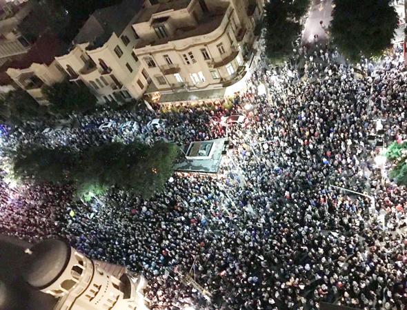 עשרות אלפי מפגינים