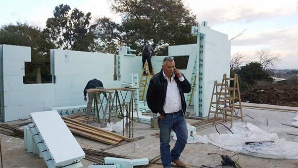 """דורון ערוסי באתר בנייה של אקו-בילד. """"הבנייה הופכת קלה יותר, אסתטית ומהירה"""""""
