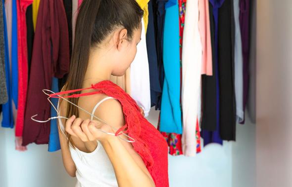 נשים מבלות 14 דקות בכל יום בהתלבטות מה ללבוש