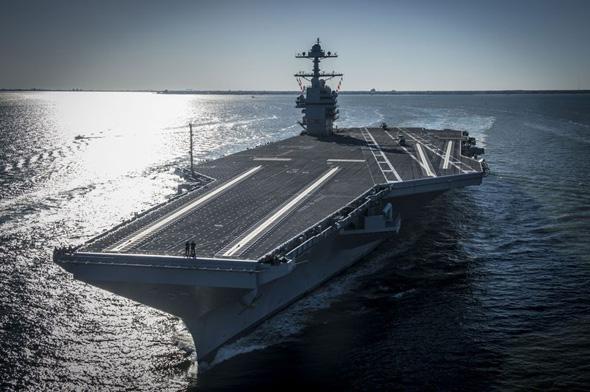 ספינה עצומה מטיפוס ג'רלד פורד. שימו לב לשני האנשים שעומדים בחזית הסיפון