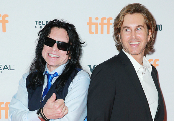 """גרג ססטרו (מימין) וטומי וויזו. ססטר: """"ה'חדר' הוא הצצה אל כוכב הלכת של טומי. מעולם לא שפטתי אותו כסרט רגיל"""""""
