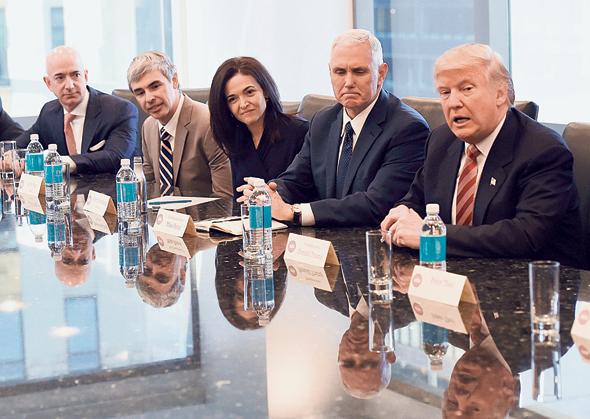 """מימין: דונלד טראמפ, מייק פנס, שריל סנדברג, לארי פייג' וג'ף בזוס. """"הרוח היא שאם נרצה מספיק, הטכנולוגיה תפתור את כל הבעיות. זה לא מה שקורה"""""""