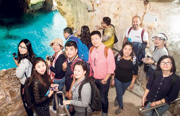 """בורה שניטמן (מימין), נספח התיירות של ישראל בסין, בראש הנקרה, עם קבוצה של סוכני נסיעות שביקרו בארץ השבוע. מוכר לסינים """"מגוון של דברים לראות במקום קטן"""""""