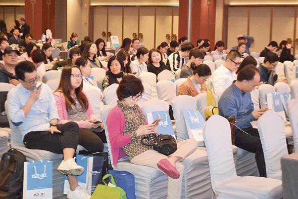 סוכני נסיעות ביריד של משרד התיירות בגואנג ג'ואו. התרגשו במיוחד מהאפשרות להשתמש בארץ בשירות התשלומים הסיני עליפיי