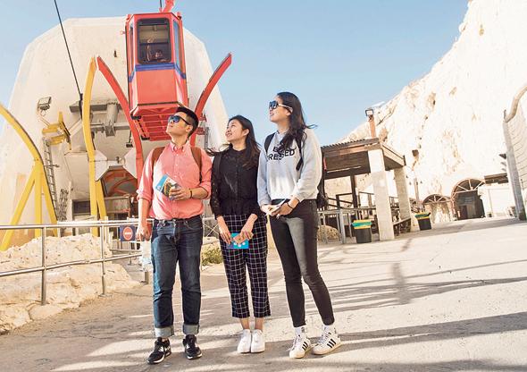 סוכני נסיעות סינים בראש הנקרה. מעמד הביניים הסיני רק מתחיל לגלות את התיירות ברחבי העולם