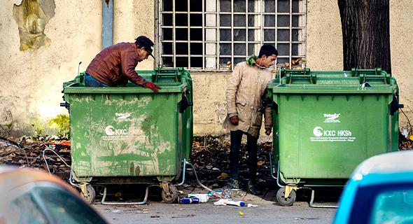יותר נזקקים נאלצו לחפש מזון בפחי אשפה. תמונת ארכיון, צילום: אי פי איי