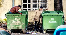 מחטטים בפחים פנאי, צילום: אי פי איי