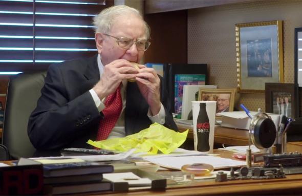 וורן באפט אוכל ארוחת בוקר של מקדונלד'ס. לעולם לא עובר את ה-3.17 דולר
