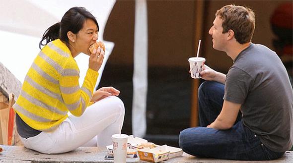 מארק צוקרברג ואשתו פריסיליה צ'אן אוכלים מקדונלד'ס בפיאצה