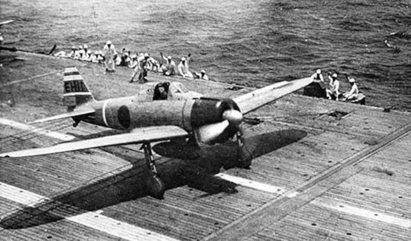 מטוס זירו נוחת על נושאת מטוסים