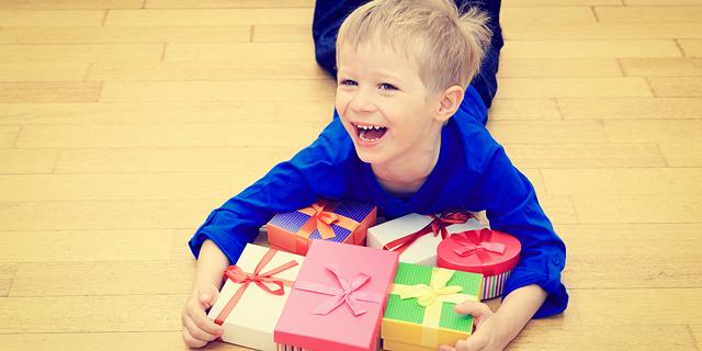 לכבוד החנוכה: תפסיקו לקנות לילדים כל כך הרבה מתנות