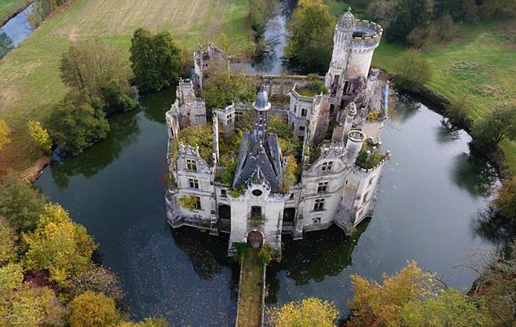 הארמון הוזנח, והעצים השתלטו עליו, צילום: Getty