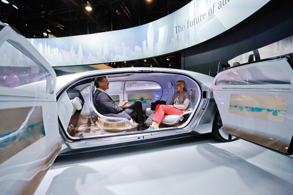 """מבט מבפנים לאבטיפוס הרכב האוטונומי של מרצדס. """"יש עוד מיליון שאלות בדרך ליישום מלא, למשל איך משלבים אותם עם רכבים קיימים או ענייני רגולציה ותשתיות"""", צילום: איי פי"""