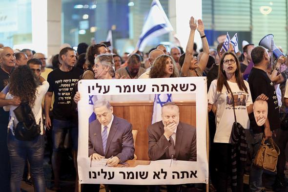 הפגנות מול ביתו של היועץ