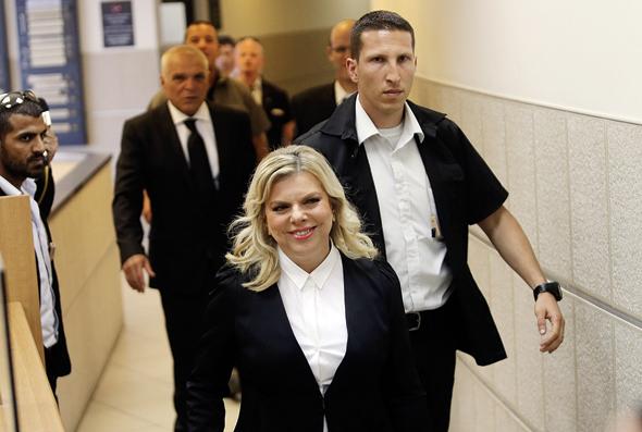 """שרה נתניהו מגיעה לבית הדין לעבודה לדיון בתביעה של מני נפתלי נגד מעון רה""""מ, במאי 2015"""