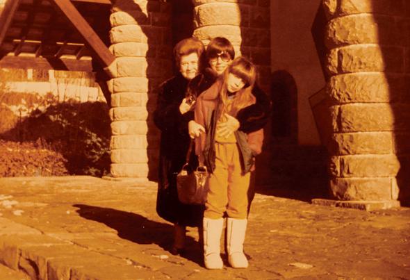 לייטרסדורף בגיל עשר עם אמה וסבתה מרים