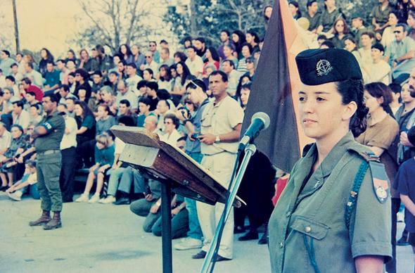 """לנדסמן. מפקדת הטקס בסיום קורס קצינות, 1989. """"אני עדיין מתה על הצבא. אם הרמטכ""""ל יקרא לי, אני הולכת"""""""