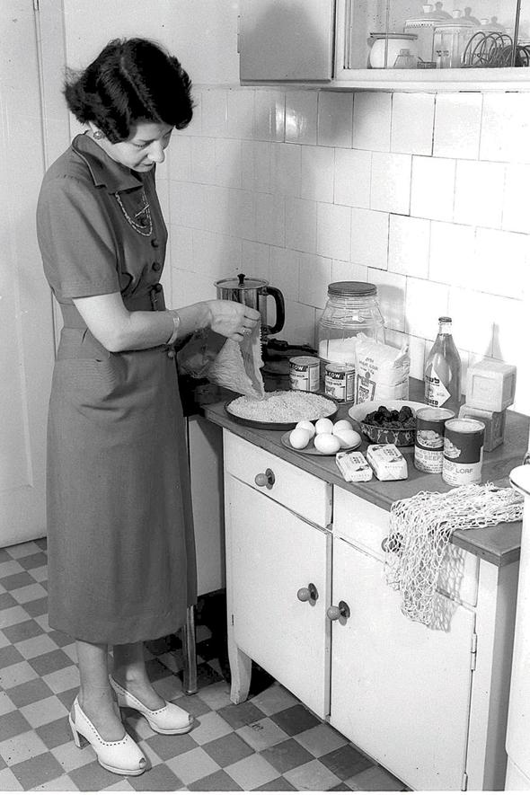 """מטבח ישראלי מתקופת הצנע. """"החלוקה עברה מחדרים יבשים ורטובים לחללים ציבוריים ופרטיים. ואז נפתח המטבח"""""""