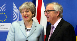 נשיא הנציבות האירופית ז'אן קלוד יונקר וראשת ממשלת בריטניה תרזה מיי, צילום: איי פי