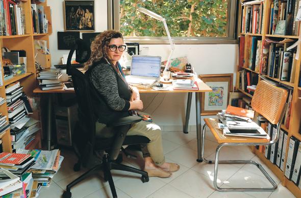 """לוריא בחדר העבודה הביתי. """"יש לי סקרנות ומשיכה למגוון רחב של יצירה"""""""
