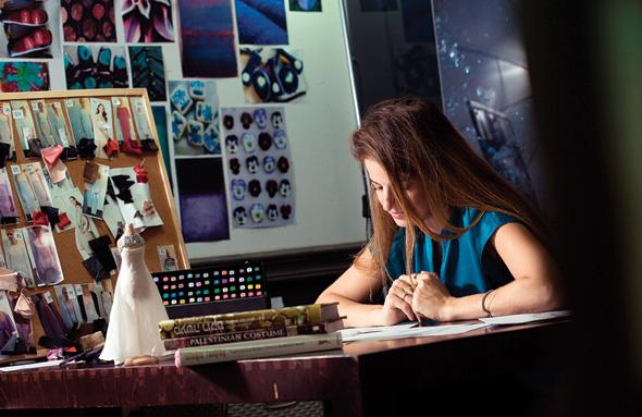 """שרון טל בעבודה, בסטודיו של משכית. """"הרבה נשים, יותר ממה שציפינו, מעריכות איכות וייחוד"""""""