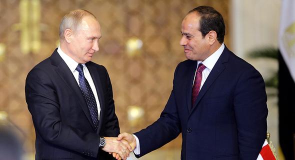 מימין: נשיא מצרים עבד אל-פתאח א־סיסי ונשיא רוסיה ולדימיר פוטין, צילום: אי פי איי